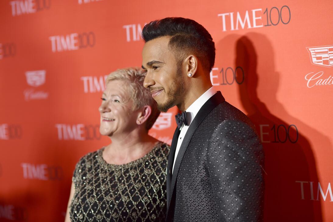 Lewis Hamilton es muy apegado a su madre, Carmen Larbalestier, con quien...