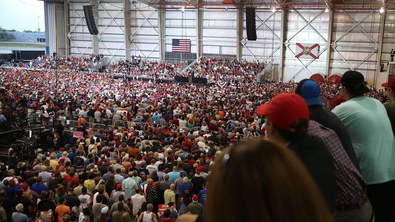 El público que presenció el discurso de Trump en el hangar del aeropuert...