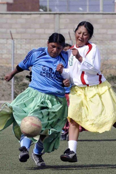 Sin cambiar su típica vestimenta, las cholitas no perdieron el ti...