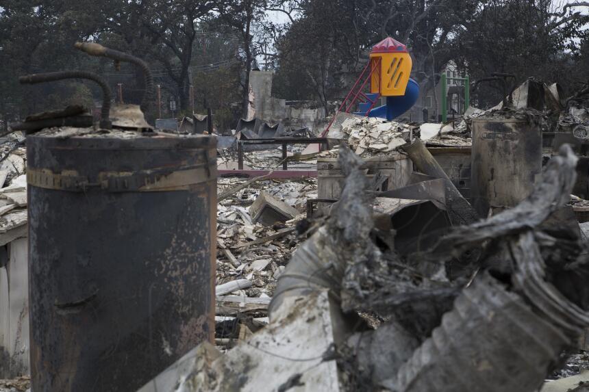 El incendio ha consumido más de 60,000 acres y ha destruido cientos de c...