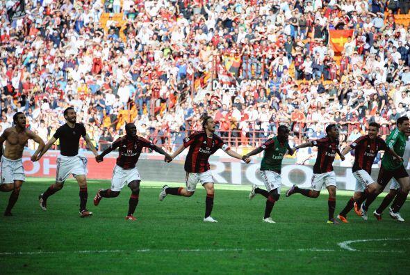 La comunión entre jugadores y fanaticada fue notoria en San Siro.
