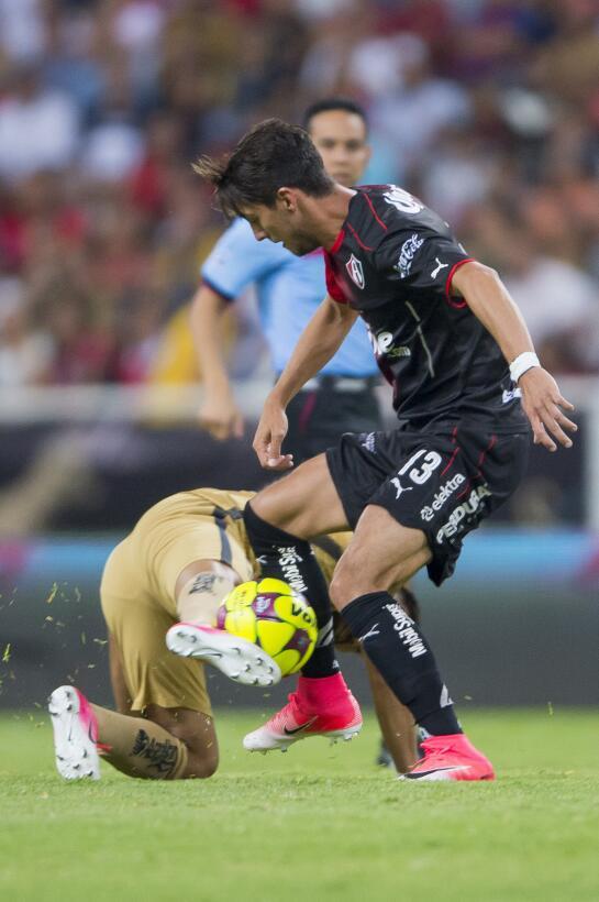 Entretenido empate entre Atlas y Pumas Javier Salas de ATlas y Bryan Rab...