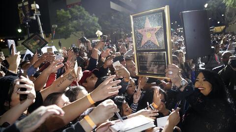 Suzette Quintanilla con fans de Selena y estrella
