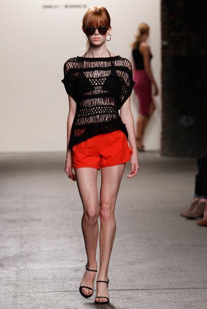La sensualidad se representó a través de blusas caladas, cuya transparen...