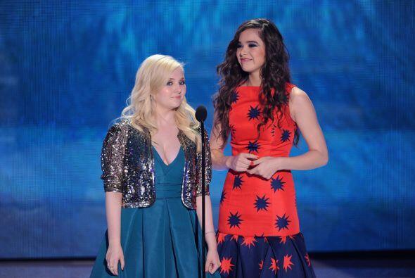 Dos presentadoras de la noche, Abigail Breslin y Hailee Steinfeld.  Mira...