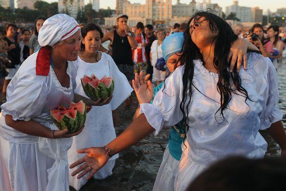 Algunas de los tributos ofrecidos a Yemanjá son: frutos -la sandía es la...