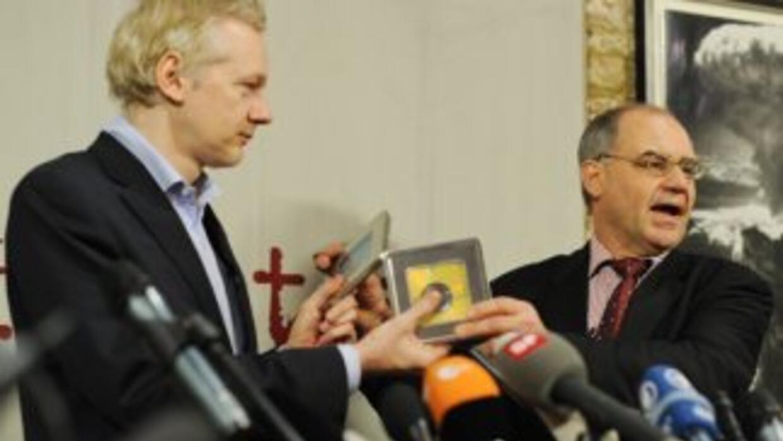 Momento en que el ex banquero suizo Rudolf Elmer (dcha.) entrega los CDs...