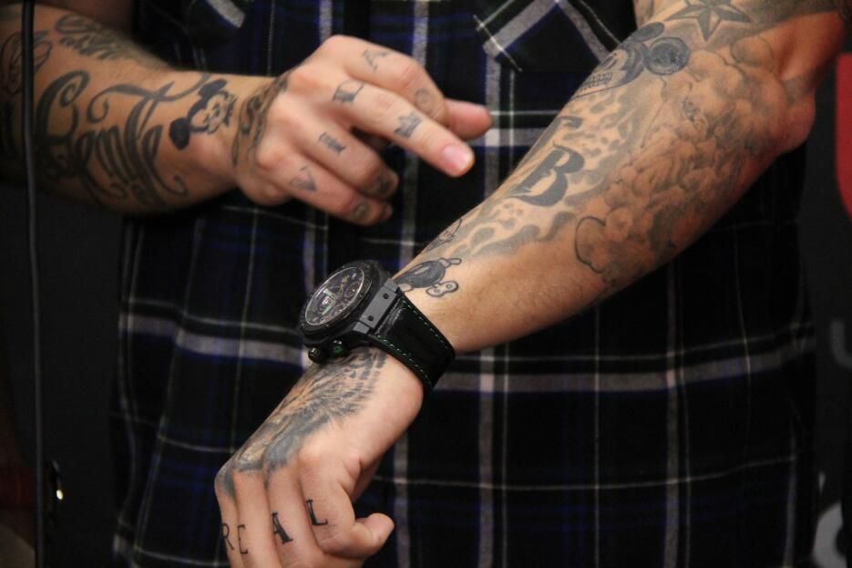 J Balvin nos enseña sus tatuajes IMG_5632.JPG