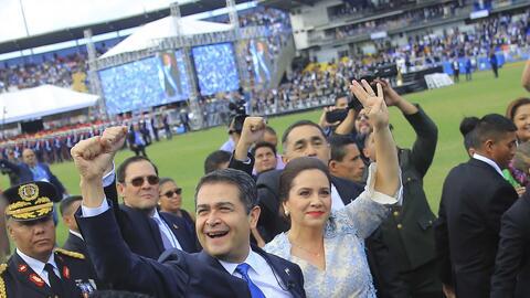 Hernández  saluda este sábado junto a la primera dama Ana...