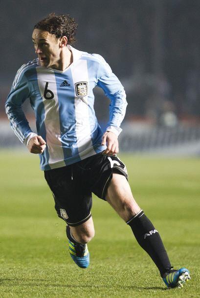Gabriel Milito cometió un error que estuvo cerca de costarle un gol a Ar...