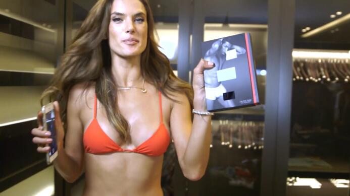 La súper modelo brasileña apareció con el futbolista portugués en la por...