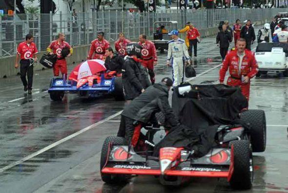 Algunos autos se mantuvieron en la pista a la espera de la reanudación.