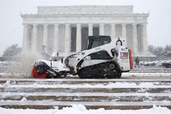 Un empleado barre la nieve en las escalinatas del Lincoln Memorial duran...