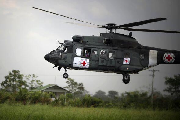 El helicóptero Cougar llevaba insignias del Comité Internacional de la C...