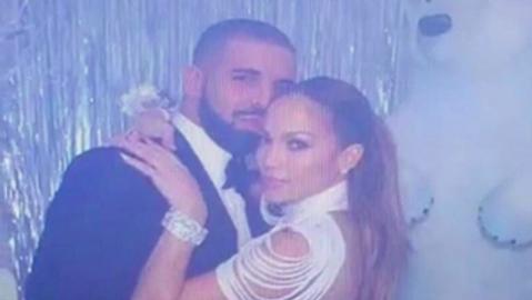 Imagen  de Jennifer López y Drake, tomada de una pantalla que transmitía...