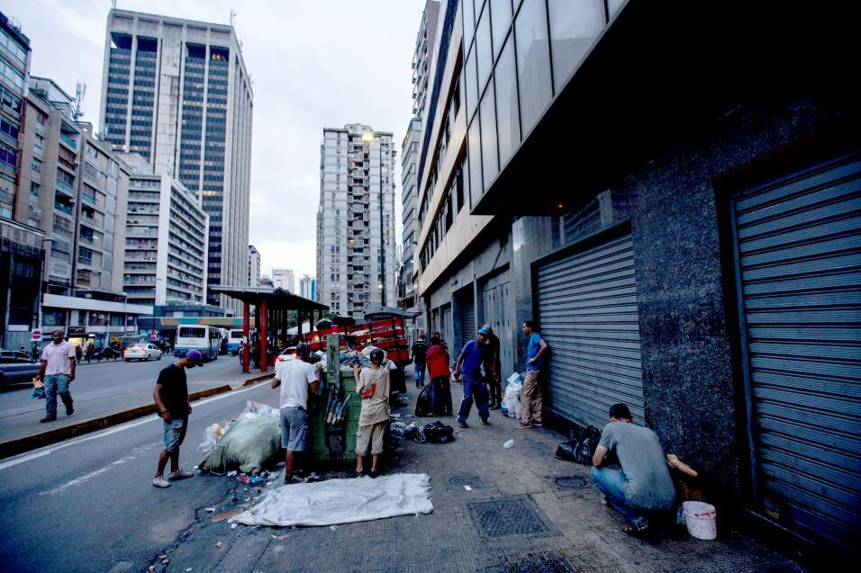 """Los venezolanos protestan por la escasez de """"todo"""" en la """"peor"""" Navidad..."""
