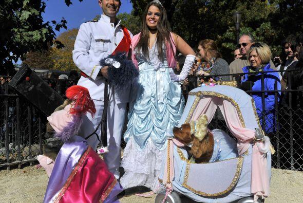 Aquí toda la familia se disfrazó con la misma temática, los cuentos de h...