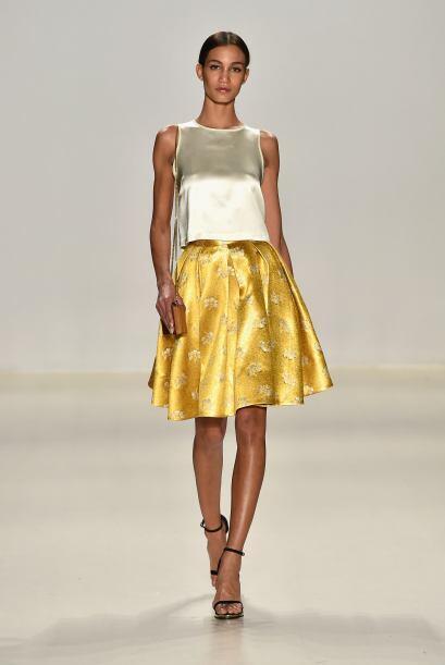 El amarillo dorado en telas de seda te dará el brillo necesario. Erin Fe...
