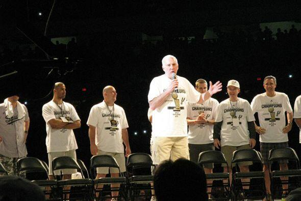 Photos: Spurs Championship Alamodome Celebration 2014
