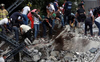 Voluntarios se unen a los rescatistas en las labores de rescate de perso...