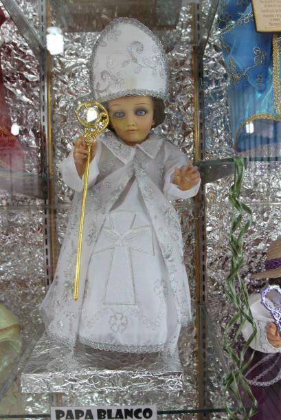 Hay diferentes formas de vestir al niño Dios, como este que representa a...