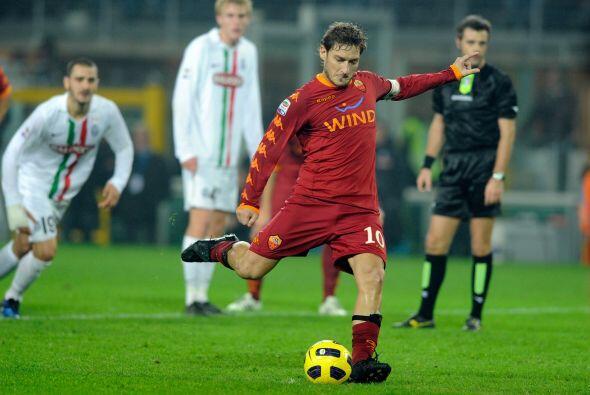 El histórico Totti no dudó y la puso al lado del palo para...