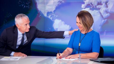 Jorge Ramos y María Elena Salinas en el set del Noticiero Univision