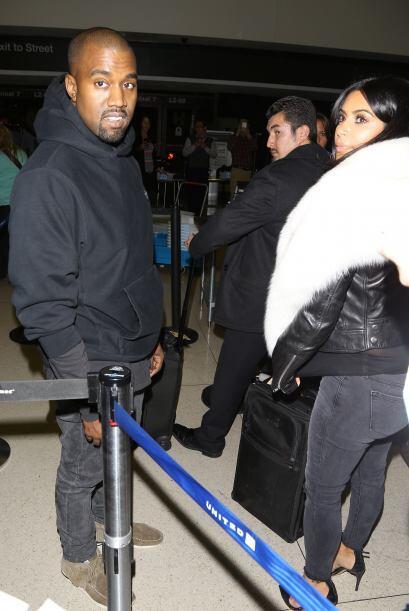 Los paparazzi captaron a Kim Kardashian y Kanye West llegando al aeropue...