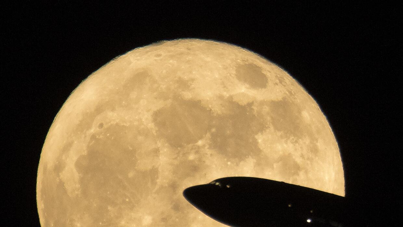 Foto de la 'Superluna' tomada desde el aeropuerto Ronald Reagan, en Wash...