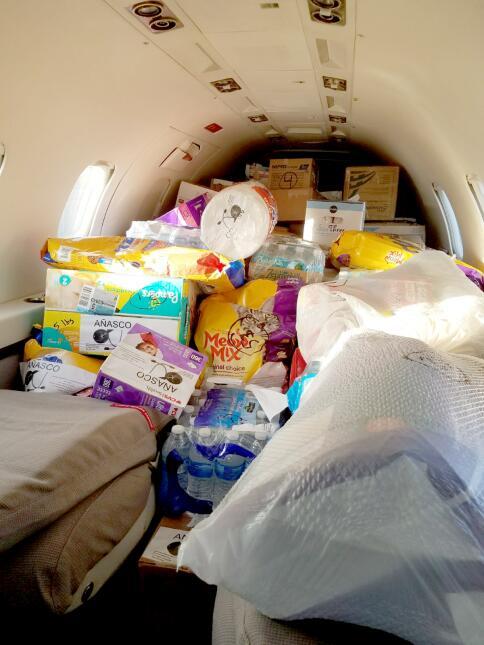 No solo el maletero va cargado con cajas de utensilios médicos, en el in...
