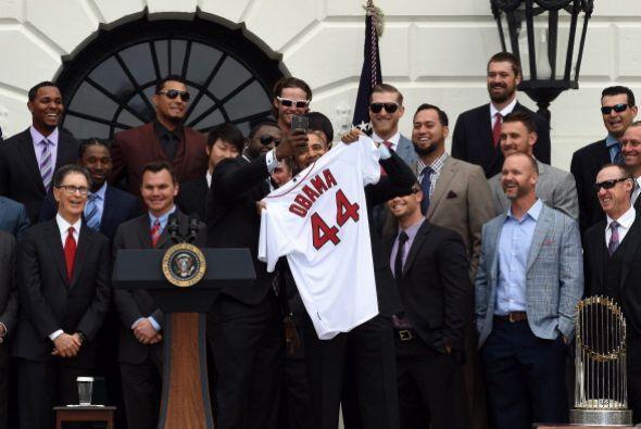 Obama, por su parte, recibió como regalo una camiseta de los Medias Roja...