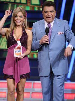 Claudia Molina es una de las chicas que acompaña a Don Francisco todos l...