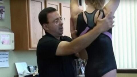 Larry Nassar atendiendo a una niña.