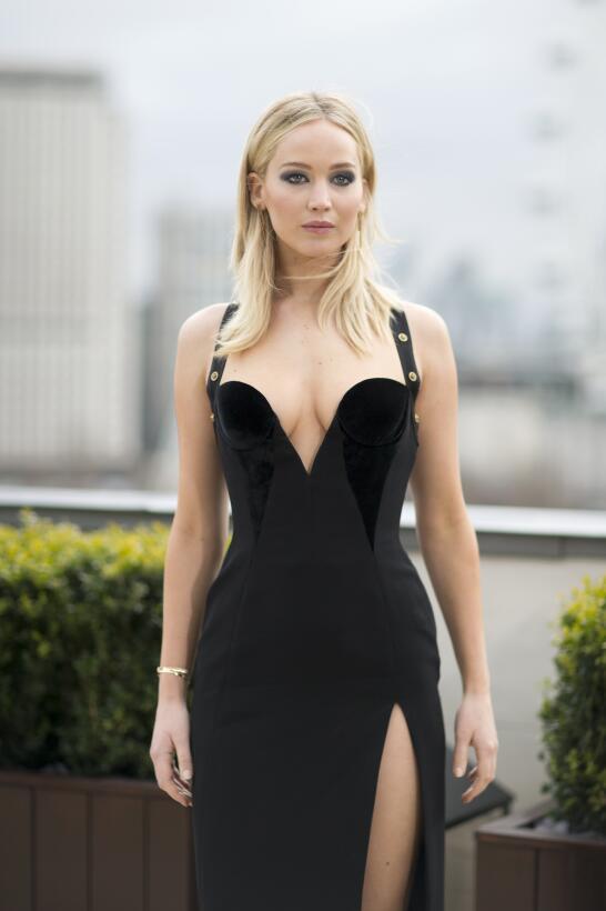 Jennifer Lawrence sorprendió a más de uno al quitarse su abrigo y posar...