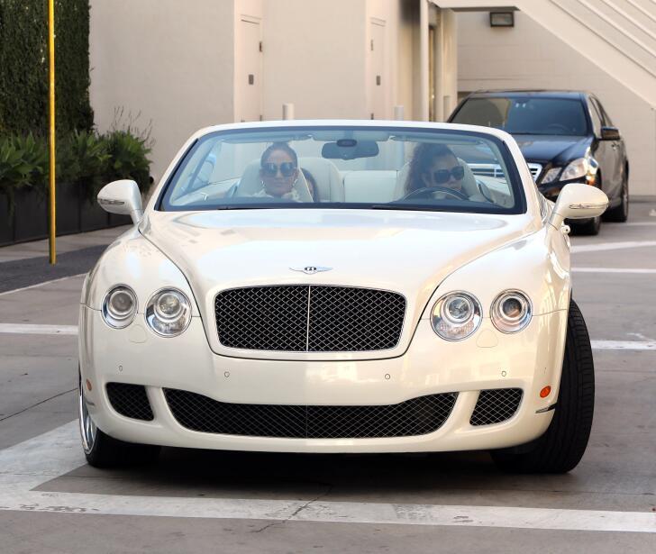En este Bentley poco discreto llegó Jennifer López (JLo) a...