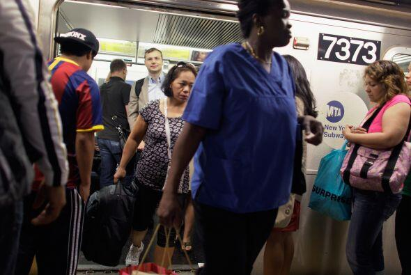Los trenes del metro neoyorquino comenzaron a operar el lunes a las 6 a....