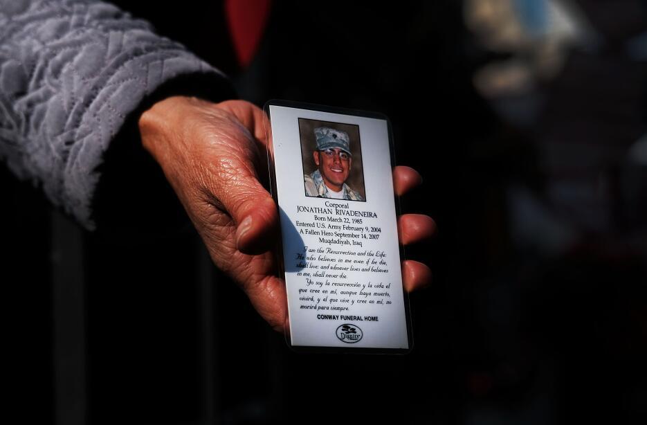 La mamá del soldado Jonathan Rivadeneira, fallecido en combate en Irak,...