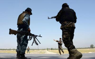 Miembros de seguridad afganos en un punto de registro en Jalalabad tras...