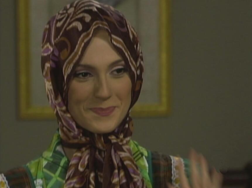 La Tía Pelucas siempre coordina su ropa con sus divertidas pelucas. ¡Tie...