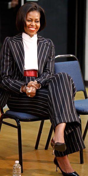 Este traje a rayas que combinó con un cintillo ancho en color rojo y cam...