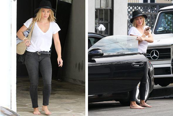 Hillary Duff parece estar agotada de usar zapatos ... o al menos eso par...