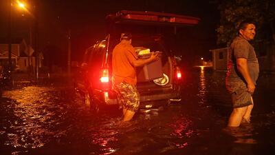 En medio del desastre, damnificados por Florence en New Bern tratan de rescatar algunas pertenencias