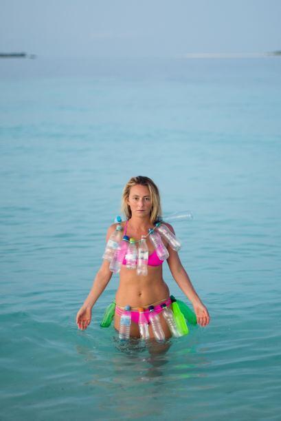 La comenzó a utilizar como parte de su vestimenta, en su bikini colgó bo...