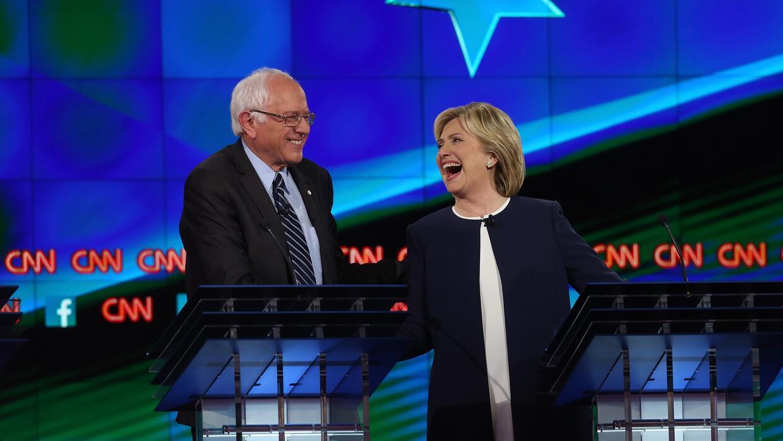 Sanders y Clinton durante el debate de Las Vegas