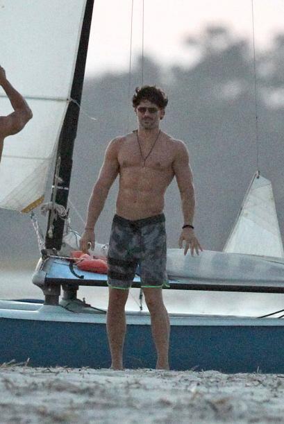 En la película, Joe interpreta a un stripper de un famoso club.