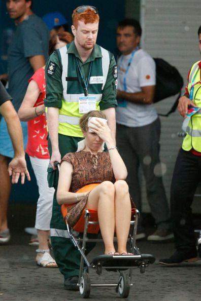 Incluso personas del público sucumben ante el calor.