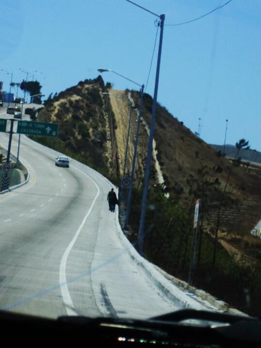 La barda fronteriza vista desde la carretera que lleva a Playas de Tijuana.