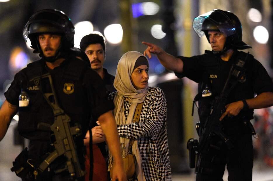 La noche en Barcelona tras un día de terror GettyImages-833940436.jpg