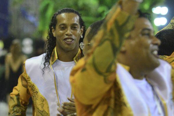 En medio de tanta música  y algarabía, Ronaldinho bailó y también cantó...