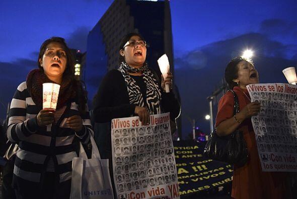 Muchas de las personas que participaron en la marcha mantenían velas pre...